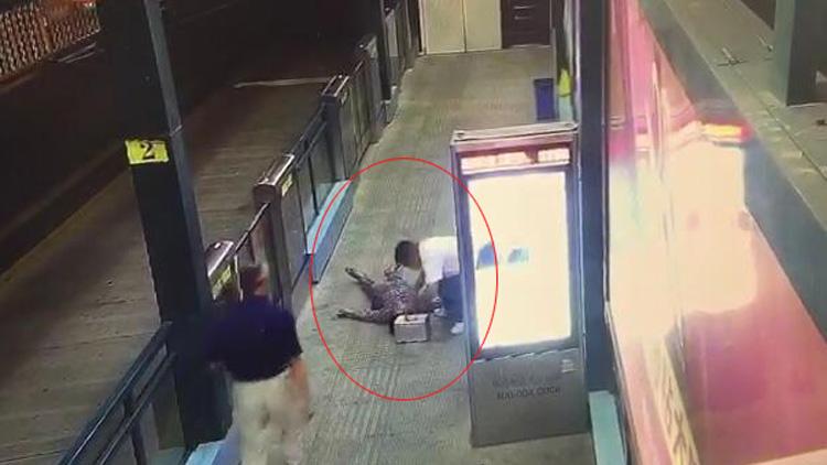 暖新闻丨临沂六旬老人BRT站台内突然晕倒 站务员紧急施救