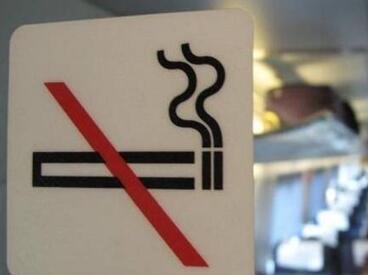 别把禁令当儿戏!男子高铁上犯烟瘾洗手间吸烟被罚1000元