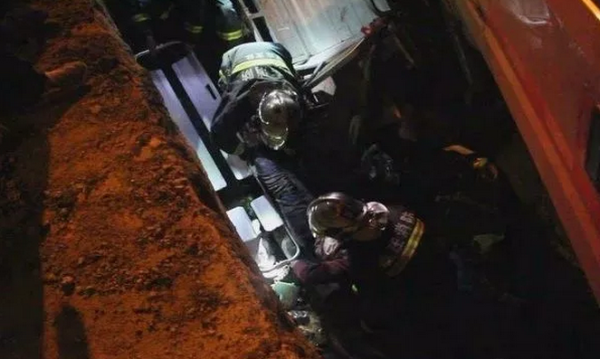 惊险!枣庄七旬老人深夜摔进三米深坑