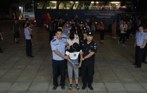 "QQ群""领导""诈骗20万 周村警方辗转7地缉回9名嫌犯"