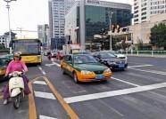 """潍坊四平路两路口交通方式正式调整为""""先直行后左转"""""""