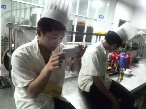 淄博厨师厨房内玩手机 锅被烧干引发火灾被拘留