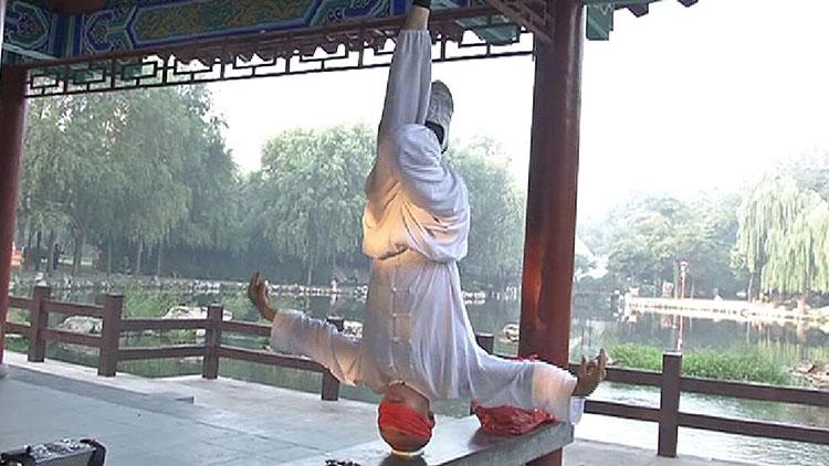 25秒|高手在民间!济宁58岁男子每天倒立至少一小时锻炼