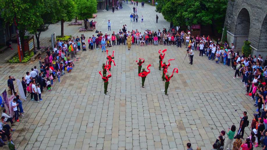 47秒|献礼新中国68岁华诞!台儿庄古城红歌快闪迎国庆