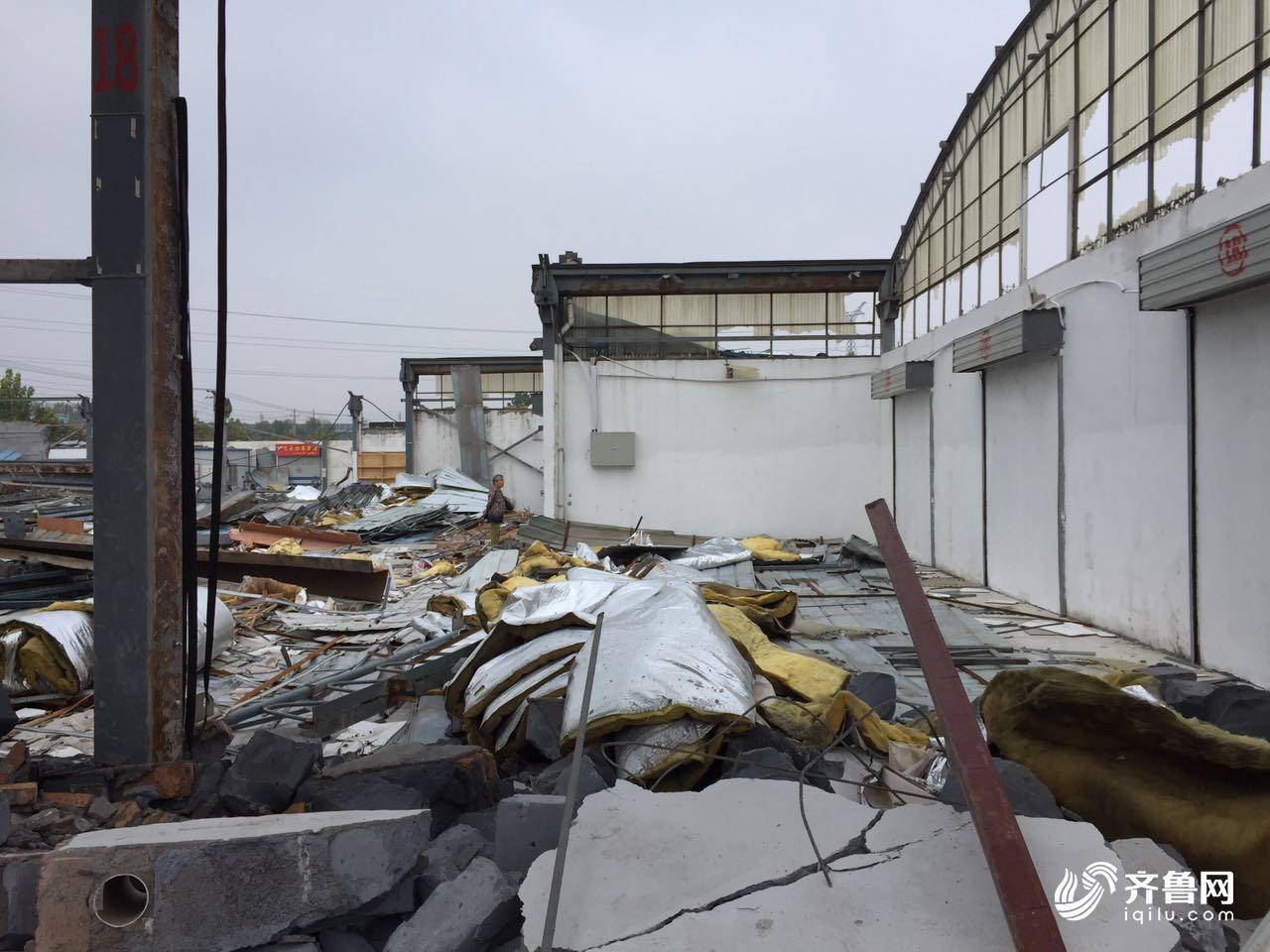今天上午,20多名施工人员正在拆除市场内的?#32440;?#26500;,整个市场内的违法
