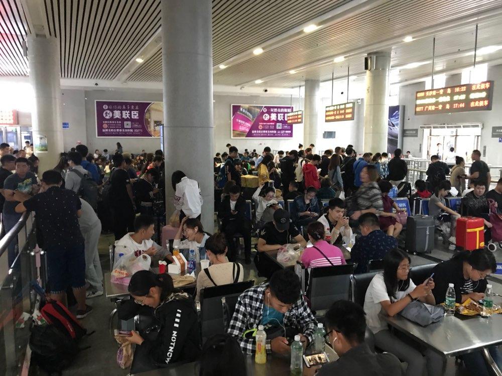 国庆首日铁路迎客流高峰 淄博火车站发送旅客3.3万人