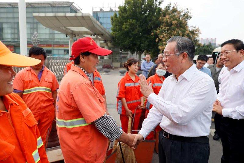 刘家义看望慰问节日期间坚守岗位的保洁员 为广大环卫工人创造良好工作生活环境
