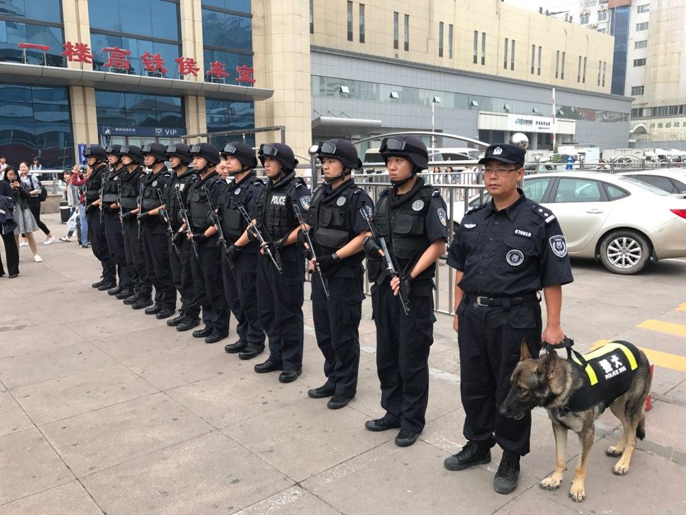 林峰海看望慰问节日期间坚守工作岗位的公安干警、基层干部职工