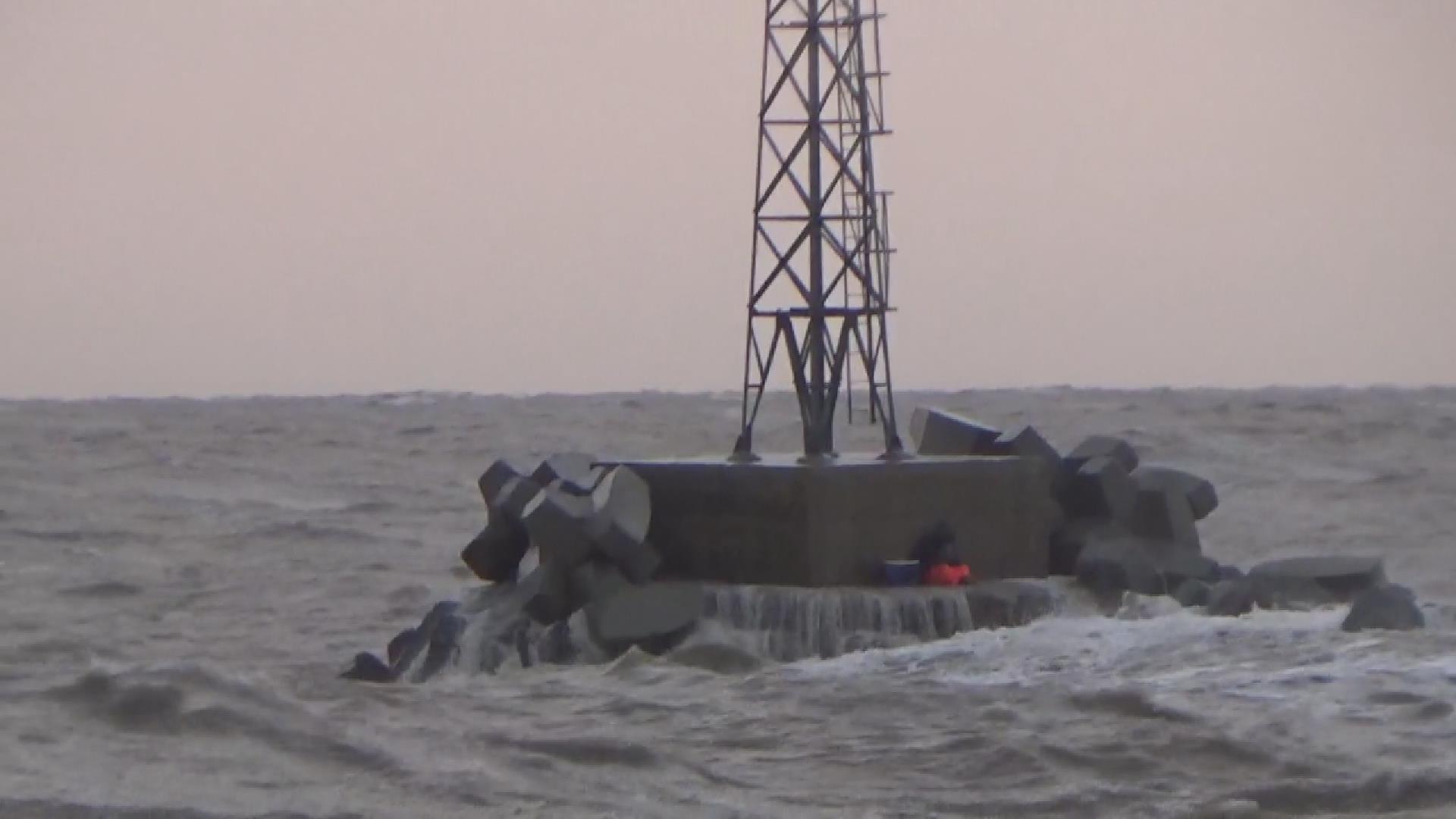 42秒丨风暴突袭东营海钓者海水中泡一夜 搜救队直升机救援