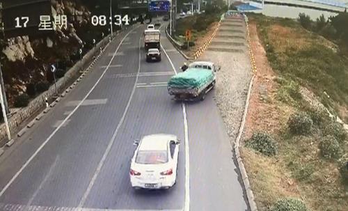博山:同向行驶货车突然失控 摩托车驾驶员与死神擦肩
