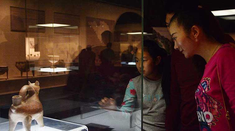 模拟考古体验解说员 双节假期山东博物馆成萌娃聚集地
