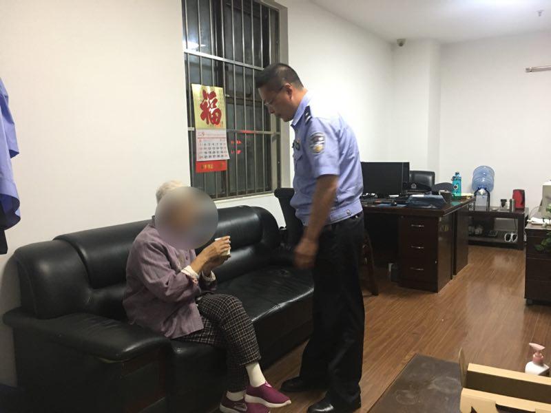 中秋夜老人迷失青岛火车站 铁警相助找到家人