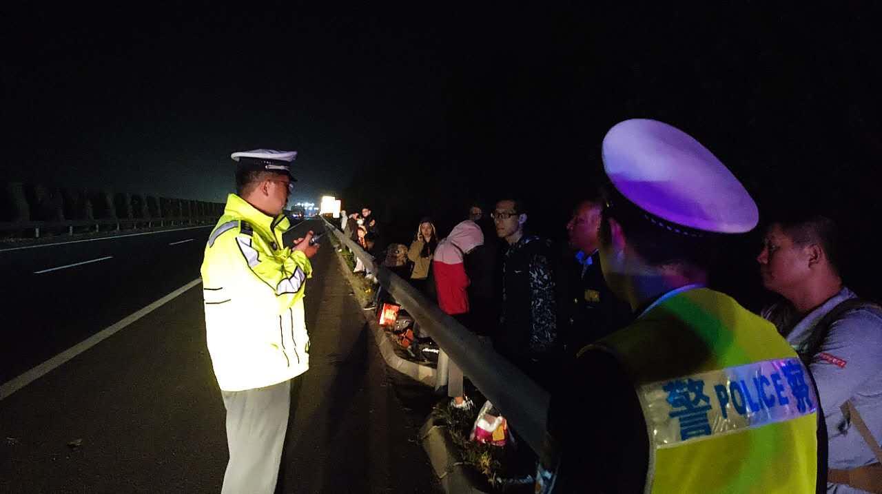 悲催!客车高速突发故障,36名乘客被扔路边苦等仨小时