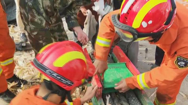 临沂老汉右手卷进玉米脱粒机 消防官兵紧急破拆抢救