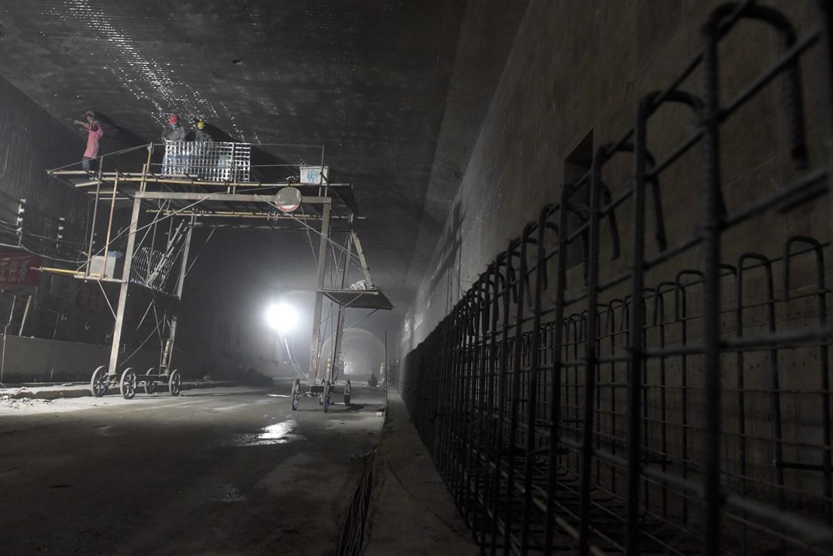 济南玉函隧道贯通! 这些24小时坚守的工人将刷新全国隧道施工速度