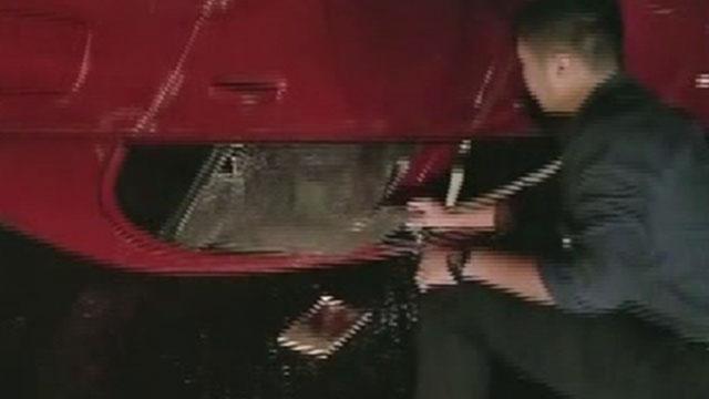 41秒丨醉驾撞上隔离墩翻车 烟台民警下班途中砸车窗救人