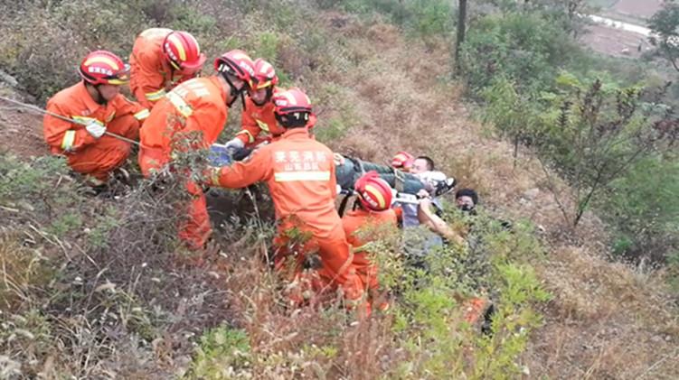 47秒|驴友雨后跌落山涧昏迷不醒 消防徒手攀爬救援