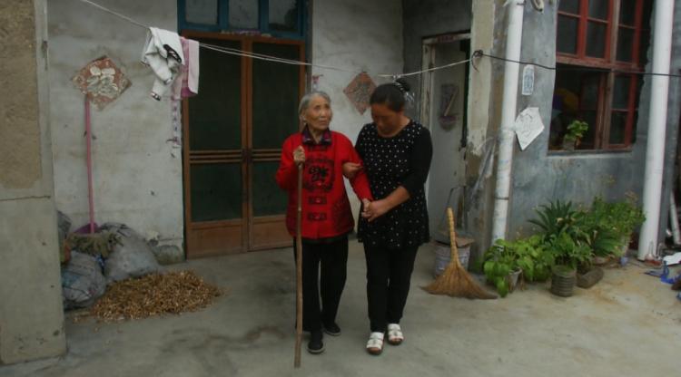 济宁孙媳妇照顾眼盲奶奶18年:赡养老人天经地义,凭良心应该伺候她