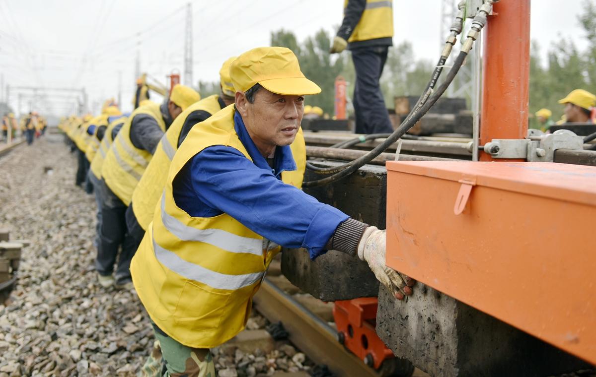 车站升级改造!300铁路工人徒手搬动万斤铁轨