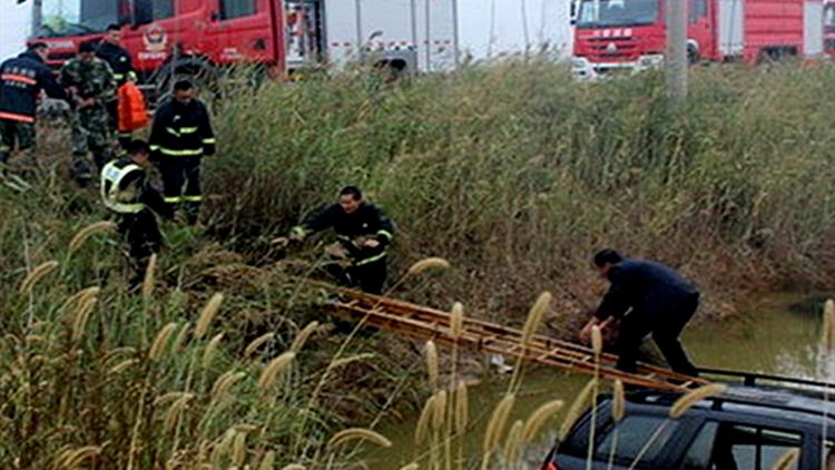 50秒丨操作不当越野车冲进排水沟 驾驶员站车顶等待救援