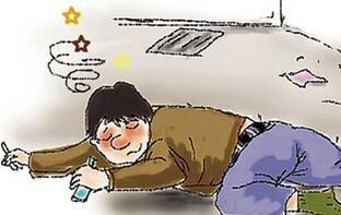 醉酒男子深夜酣睡路边 日照民警绿化带里找到手机送人回家