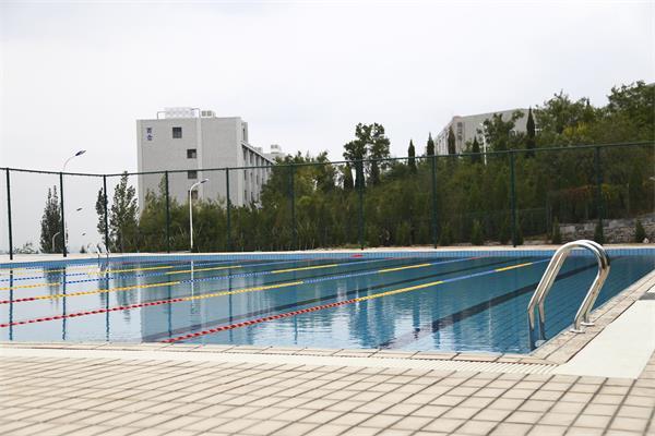 又是别人家的学校!室外建25米标准泳池开设游泳必修课