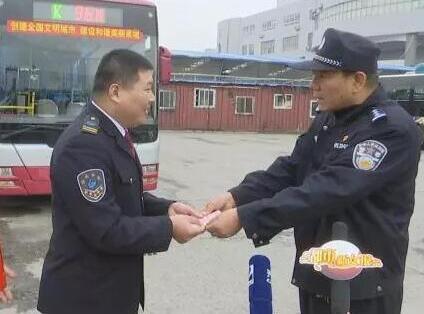 127秒丨济南一公交司机车厢内智斗惯偷,民警给他发奖金