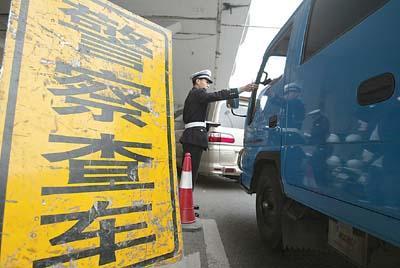 无证借车上高速虚报他人身份 94年小伙被交警逮正着