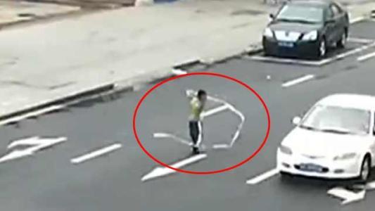 淄博:三岁男童独自穿行马路 警民携手避免意外发生