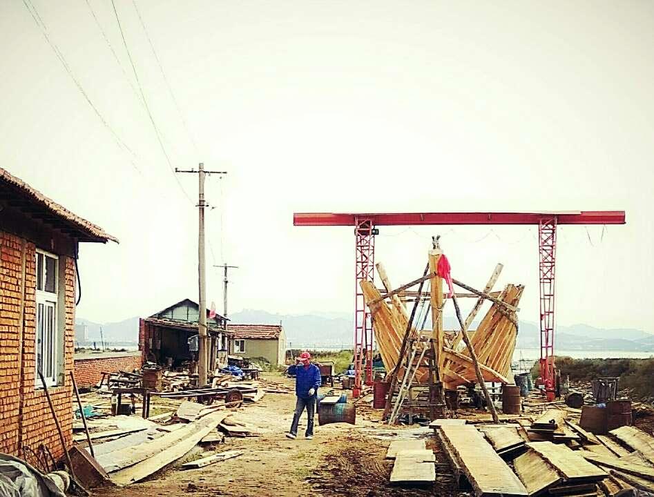 """青岛""""最后的手工造船厂"""":4名老工匠坚守30年打造木船千余艘"""