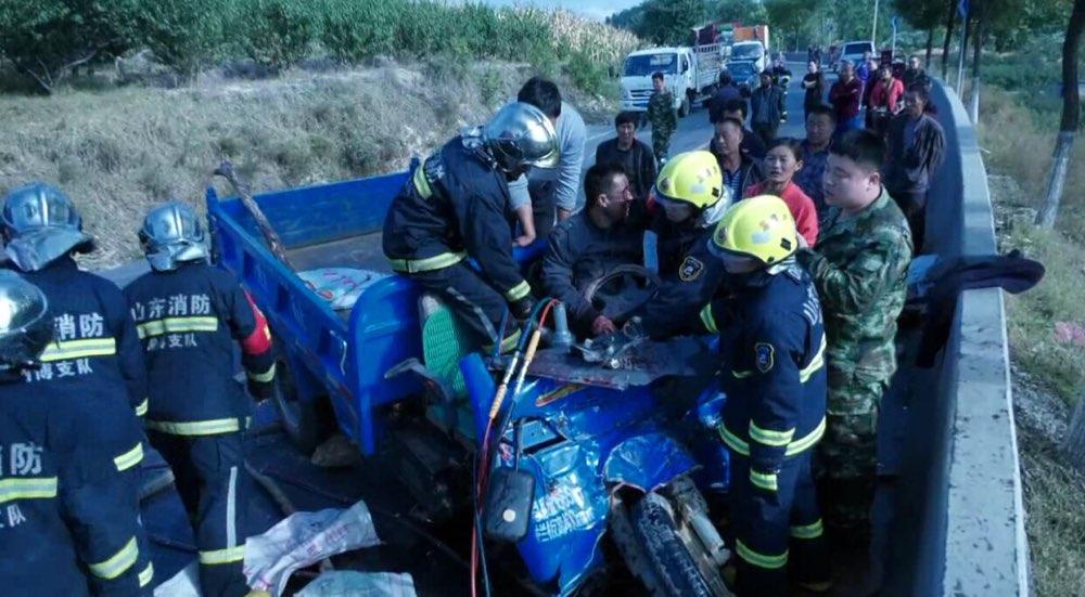 淄博:三轮车逆行超车撞上半挂车 洒了一地花生油
