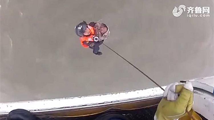 平凡中的力量③丨他救起海上漂泊7个小时的五口之家,救起孩子的瞬间心疼落泪