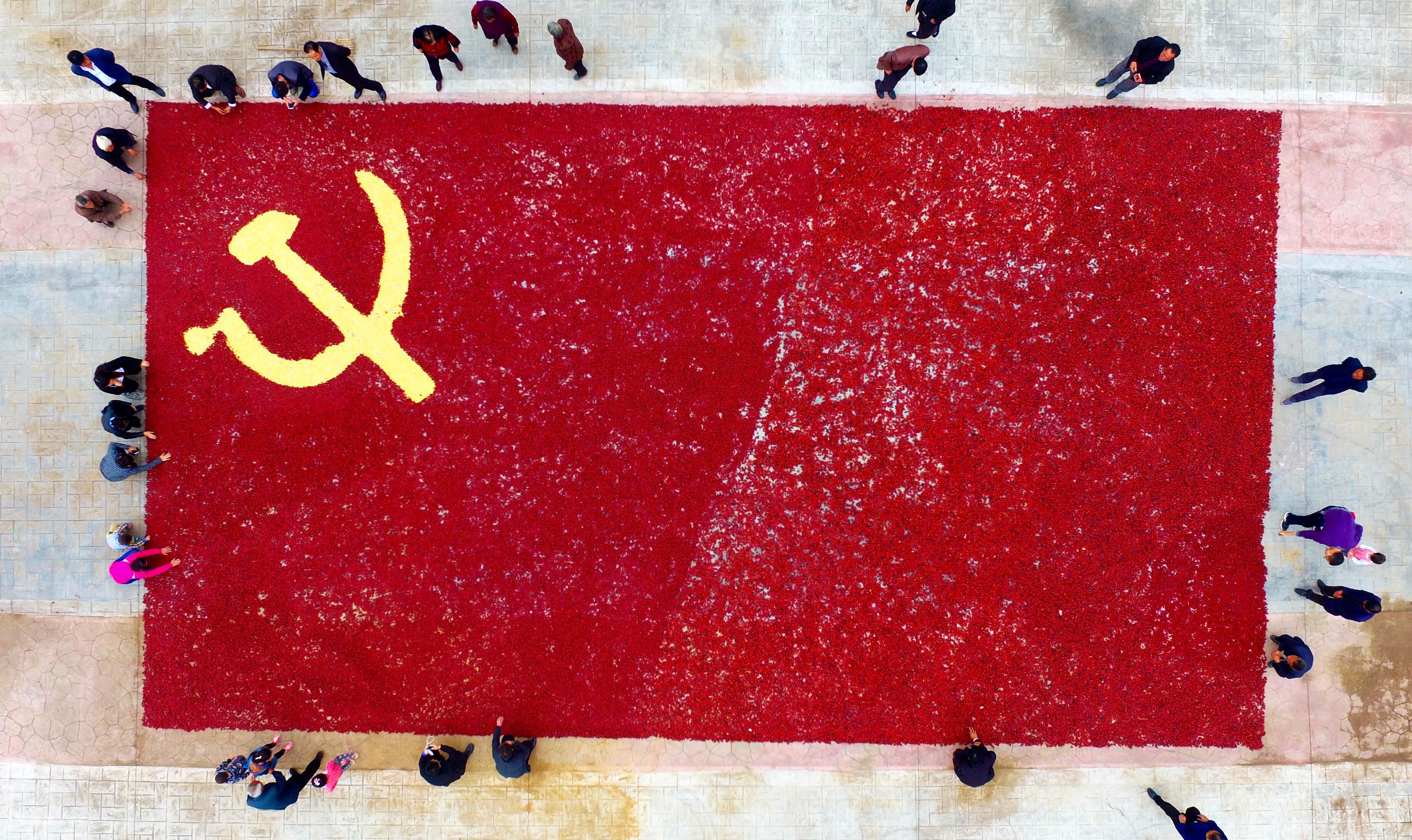 喜迎十九大 枣庄农民用3000斤长红枣拼出巨幅党旗