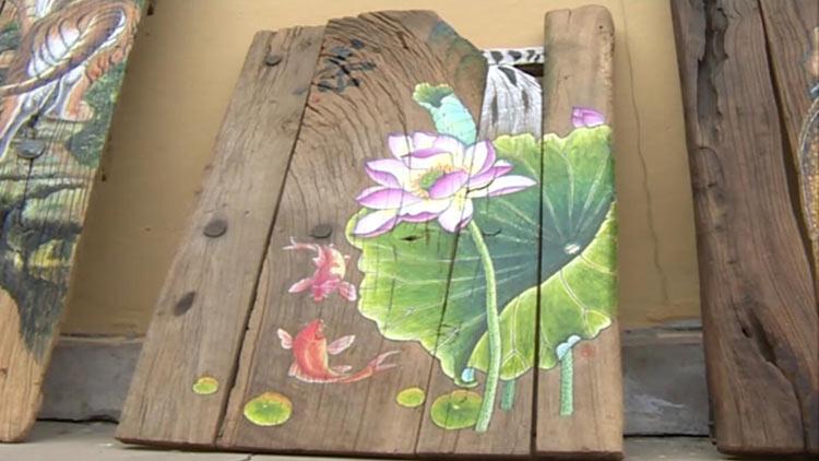 64秒|淄博乡村女画家旧门板作画 微信朋友圈销售供不应求