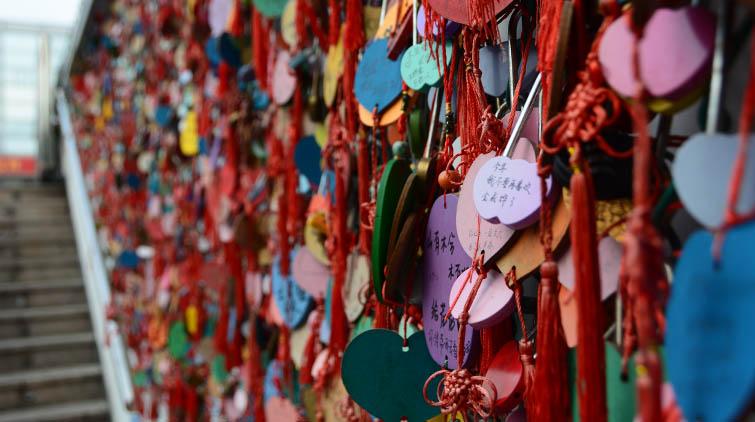 济南市区有面许愿墙 挂满同心锁和许愿牌