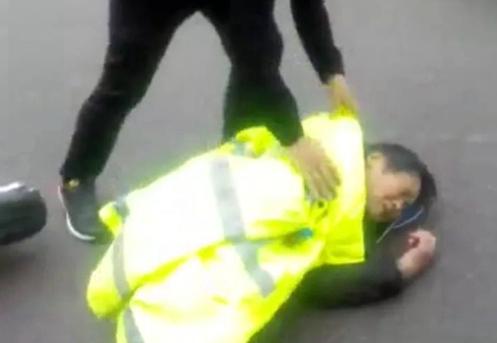 茌平老人雨中遭遇车祸受伤倒地 交警脱反光衣救助获点赞