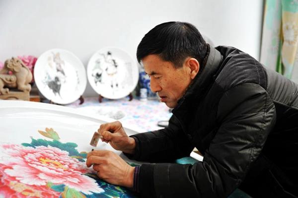 菏泽农民艺人瓷盘上雕刻红色记忆 举办陶瓷文化雕刻展