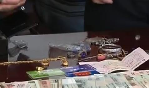102秒|老房子内藏宝贝!小伙装修时发现一包金银珠宝