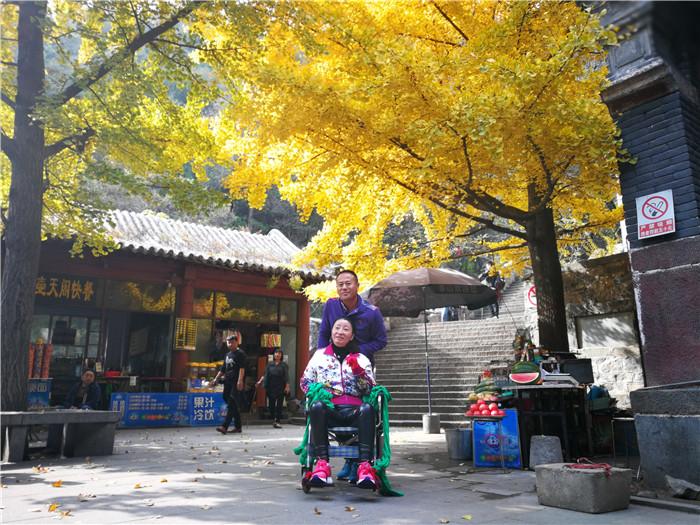 陪伴是最长情的告白!聊城男子背瘫痪妻子8小时爬上泰山