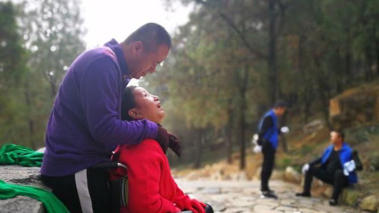 92秒|聊城男子唱6年情歌唤醒植物人妻子,今背妻子8小时登上泰山