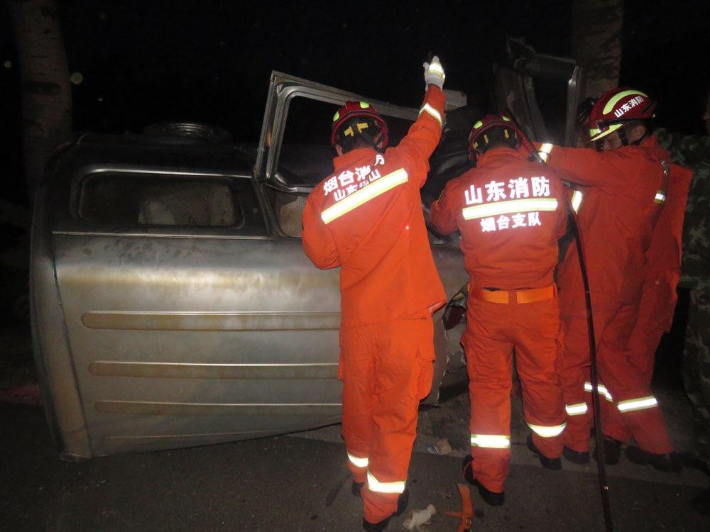 夜班归途司机犯困引车祸 烟台福山消防凌晨沟旁救人