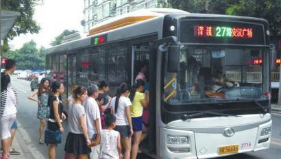 滕州一乘客坐公交只顾玩手机丢失手包 多亏被驾驶员找到