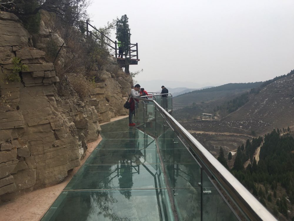 今年十一,济南大石崮森林公园的玻璃栈道正式对外开放.