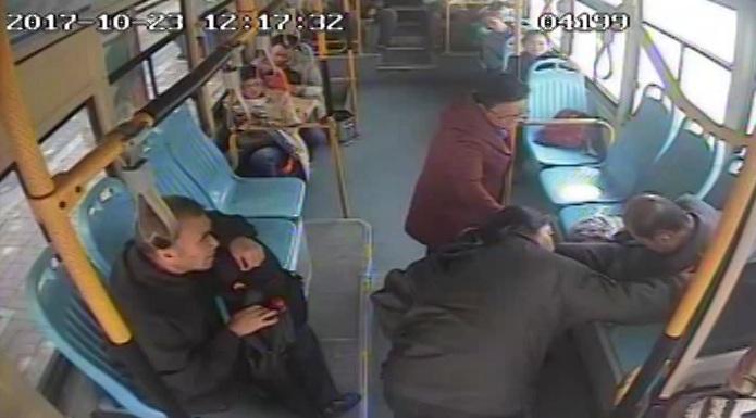 57秒丨正能量!老人公交车上晕倒,司机送医全程陪护