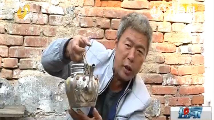 69秒丨匠心传承!菏泽锡壶手艺人为掌握火候烫自己试温度