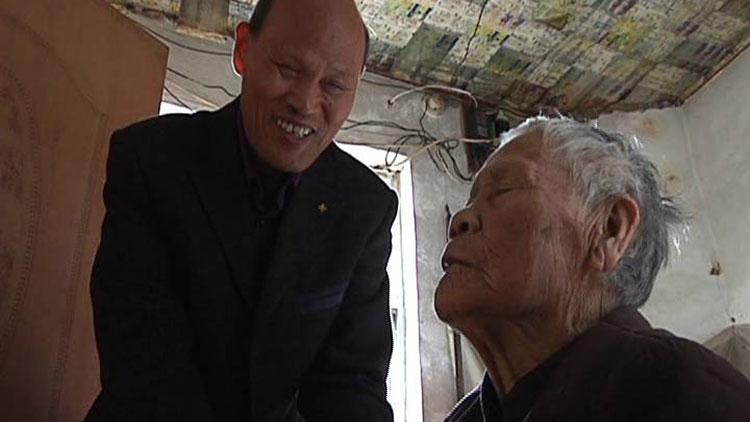 63岁失明孝子照顾瘫痪母亲:再活60年也报答不了她的恩情