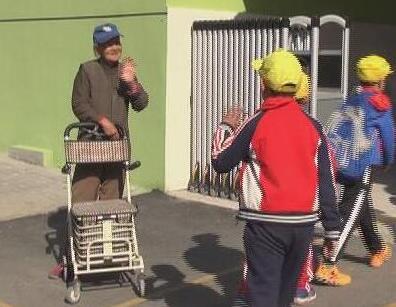 """74秒丨济南88岁老人义务为小学生""""站岗"""" :只要能动就会坚持"""
