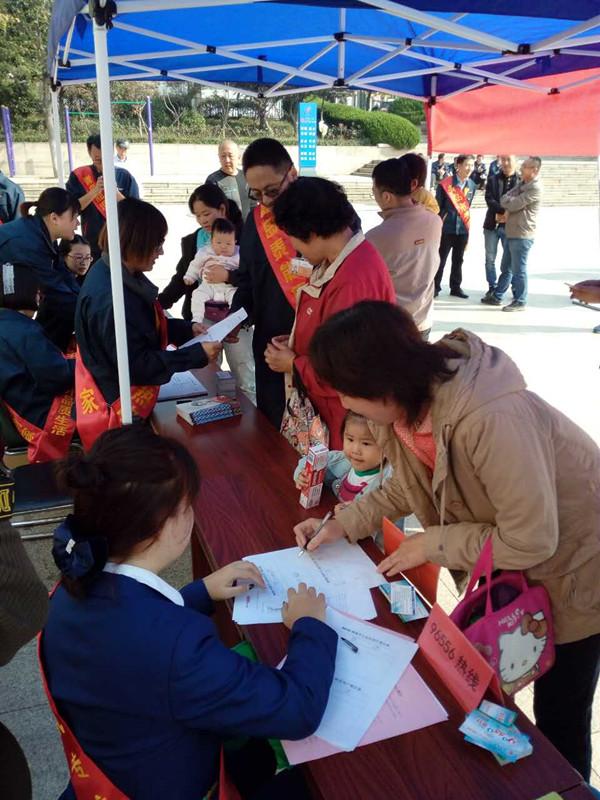 青岛能源集团300余党员职工进社区 四个会场专业解答供热问题