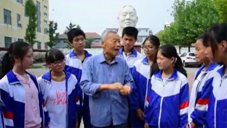 淄博81岁教师李振华穿5元布鞋助学百万 悔未能见父亲最后一面