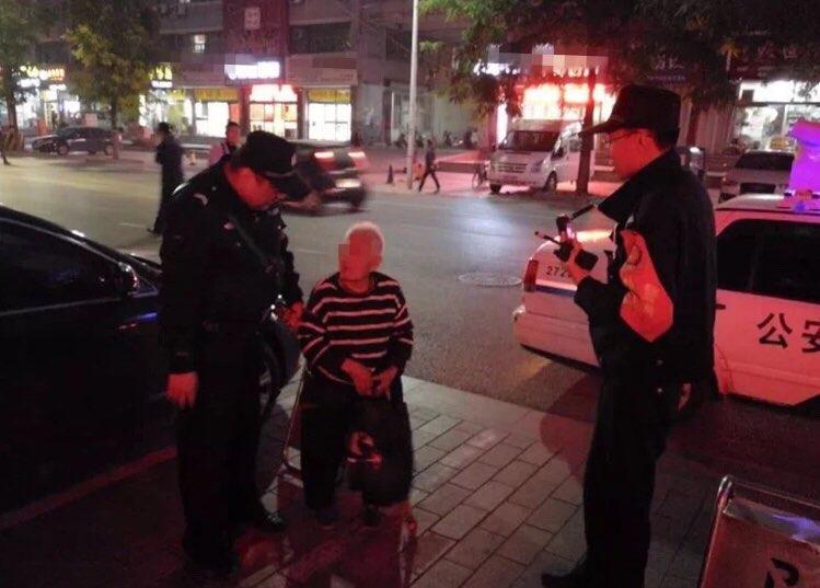"""潍坊百岁老人当街拦公交 民警运用""""微诊所""""安全送其回家"""